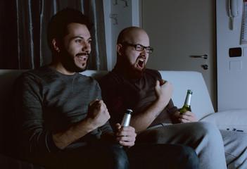 Ragazzi che guardano la televisione