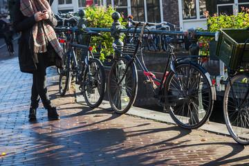 Szene auf einer typischen Brücke in Amsterdam