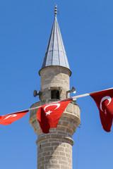Minarett und Türkische Flagge