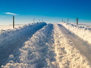 Schneebedeckte Straße durchs Land