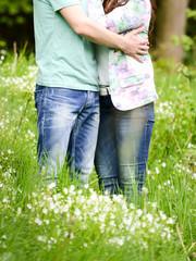 Liebespaar auf einer Blumenwiese
