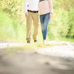 Mann und Frau auf dem Feldweg