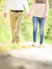 Ein Paar beim Spazieren in der Natur
