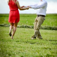 ein Paar tanzt auf der Wiese