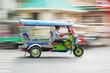 Leinwandbild Motiv traditioneller Tuk Tuk in Bangkok in Bewegungsunschärfe