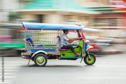 canvas print picture traditioneller Tuk Tuk in Bangkok in Bewegungsunschärfe
