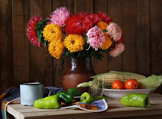 летний натюрморт с овощами и цветами