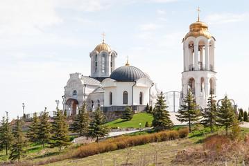 красивый монастырь на фоне голубого неба