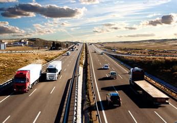 Camiones y automóviles en la carretera.Logística