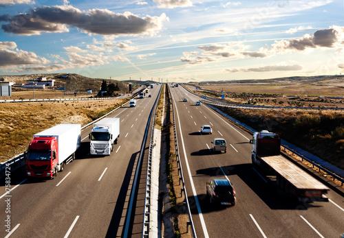 Plakat Camiones y automóviles en la carretera.Logística