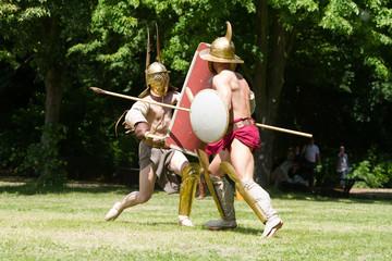 Zwei Männer bekämpfen sich bei Mittelaltervorfühung