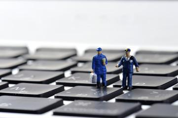 パソコンと警察官