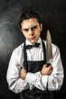 giovane chef arrabbiato con coltello