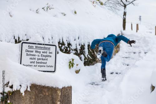 canvas print picture Frau stürzt bei Schneeglätte
