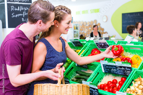 Aluminium Paar wählt Gemüse im Biomarkt aus