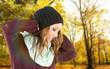 Portrait einer Frau mit Mütze in der Natur
