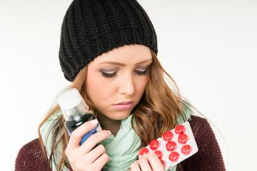 kranke Frau mit Tabletten und Medikamente