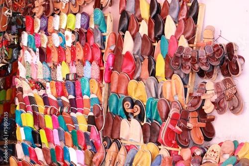 Leinwanddruck Bild Souk - Schuhverkauf in Marokko