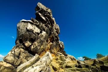 Schroffe Felsen vor blauem Himmel, Teufelsmauer im Harz