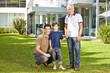 Familie in drei Generationen im Garten