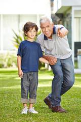 Großvater mit Enkel im Garten