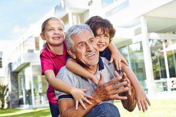 Großvater spielt mit Enkeln im Garten