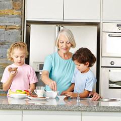Oma macht Frühstück für Enkelkinder