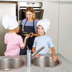 Familie mit Kindern backt Kekse