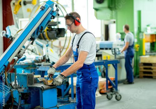 worker in factory - 75853762
