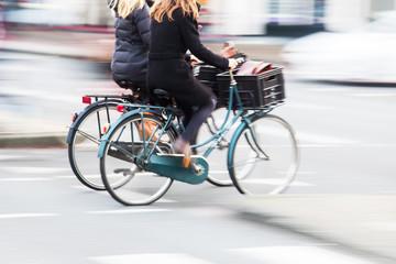 zwei Radfahrerinnen überqueren die Straße