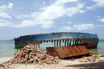 Schiffswrack am Strand, Dame-Marie, Haiti