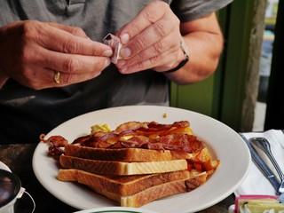 Mann beim Frühstück mit Toast