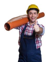 Lachender Bauarbeiter mit Wasserrohr ist optimistisch