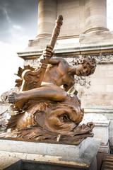 statua di cherubino al ponte Alexandre III di Parigi