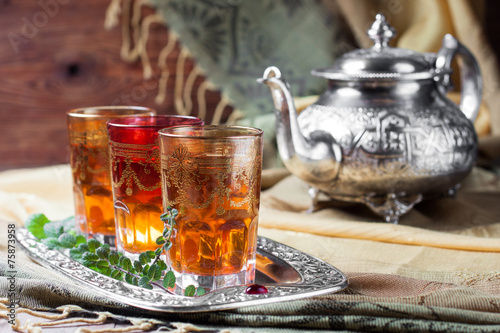 Papiers peints Magasin alimentation Moroccan mint tea in glasses on a tray and kettle
