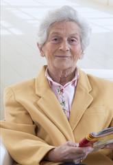 Femme senior, detente lecture