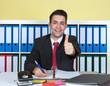 canvas print picture - Lachender Geschäftsmann im Büro zeigt den Daumen