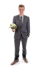 Teenager im Anzug mit Blumenstrauß