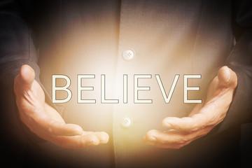 Believe - Hände halten Licht