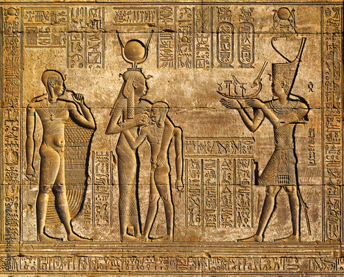 Foto op Aluminium Oude gebouw Hieroglyphic carvings in ancient egyptian temple