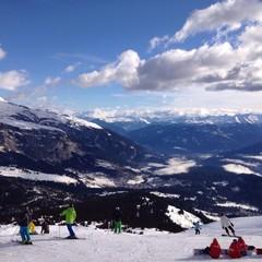 skipiste mit skifahrern in den Bergen der Alpen