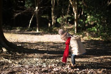 冬の森で遊ぶ少女