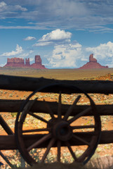 Monument Valley mit Wagenrad-Silhouette, USA
