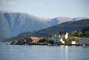 kleines dorf am hardangerfjord, norwegen