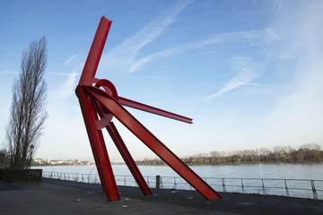 Stahlskulptur L'Allumé am Bonner Rheinufer, Deutschland
