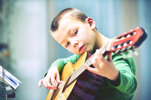 Little guitarist - 75888707