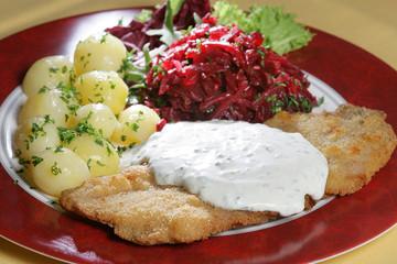 Schnitzel mit Kartoffeln und Rote- Bete- Salat