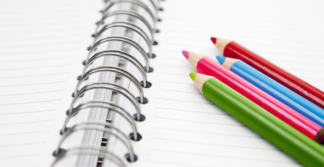 crayons de couleurs sur cahier a spirales