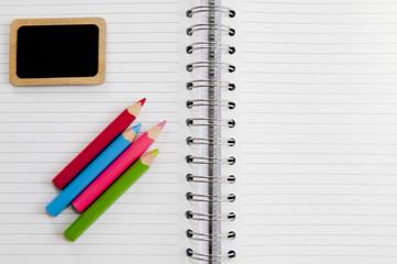cahier et crayon de couleurs rentrée scolaire