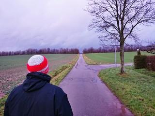 Mann mit Mütze geht spazieren